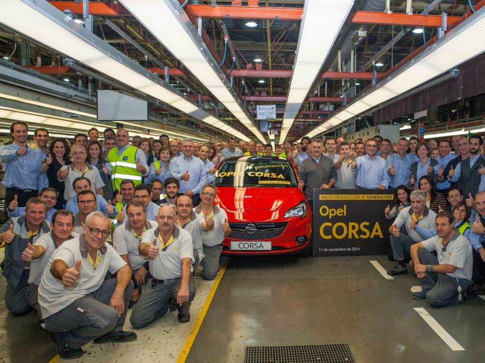 La plantilla celebra el comienzo de la producción en serie de la quinta generación del Opel Corsa