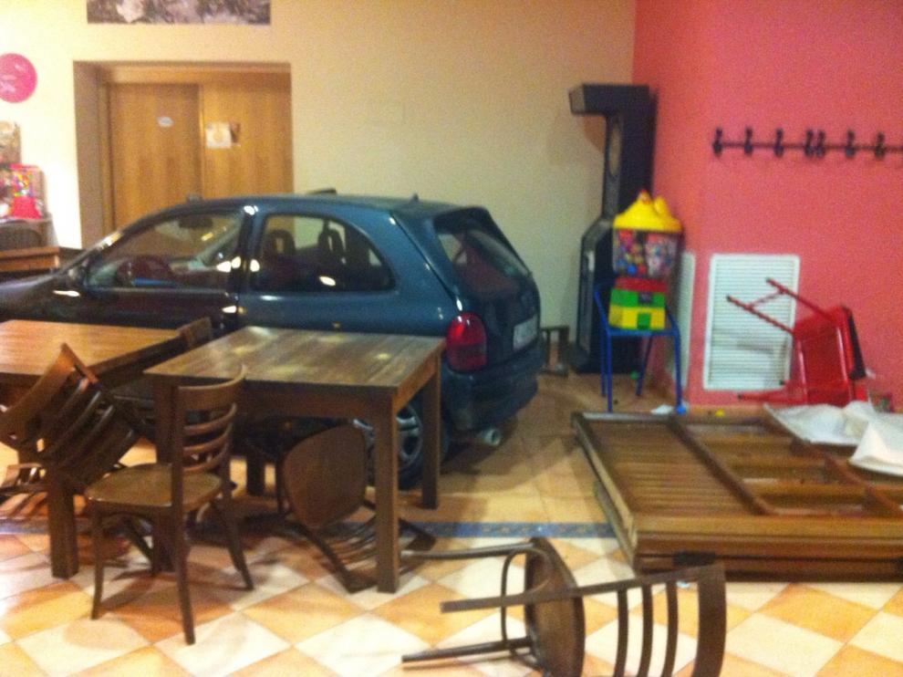 El coche, en el interior del bar de Valpalmas