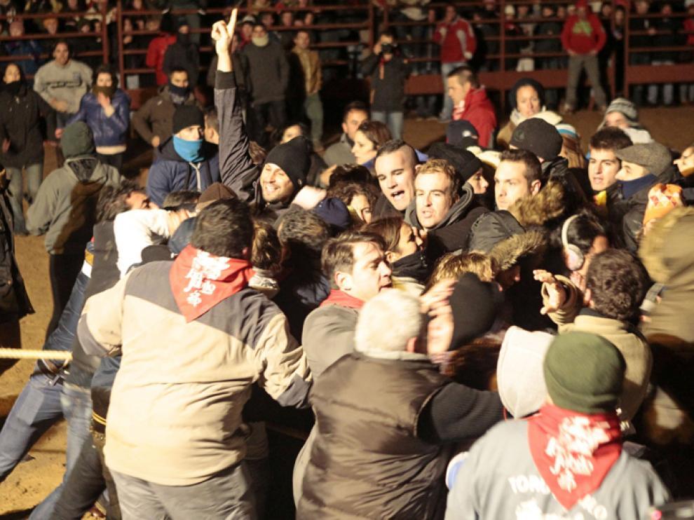 Protestas de antitaurinos en el rueda de la plaza de Medinaceli en el Toro Jubilo de 2014