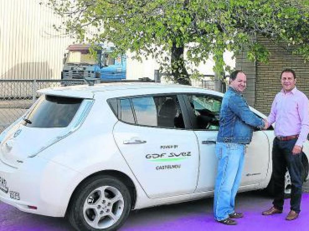 David Rivero con su coche eléctrico