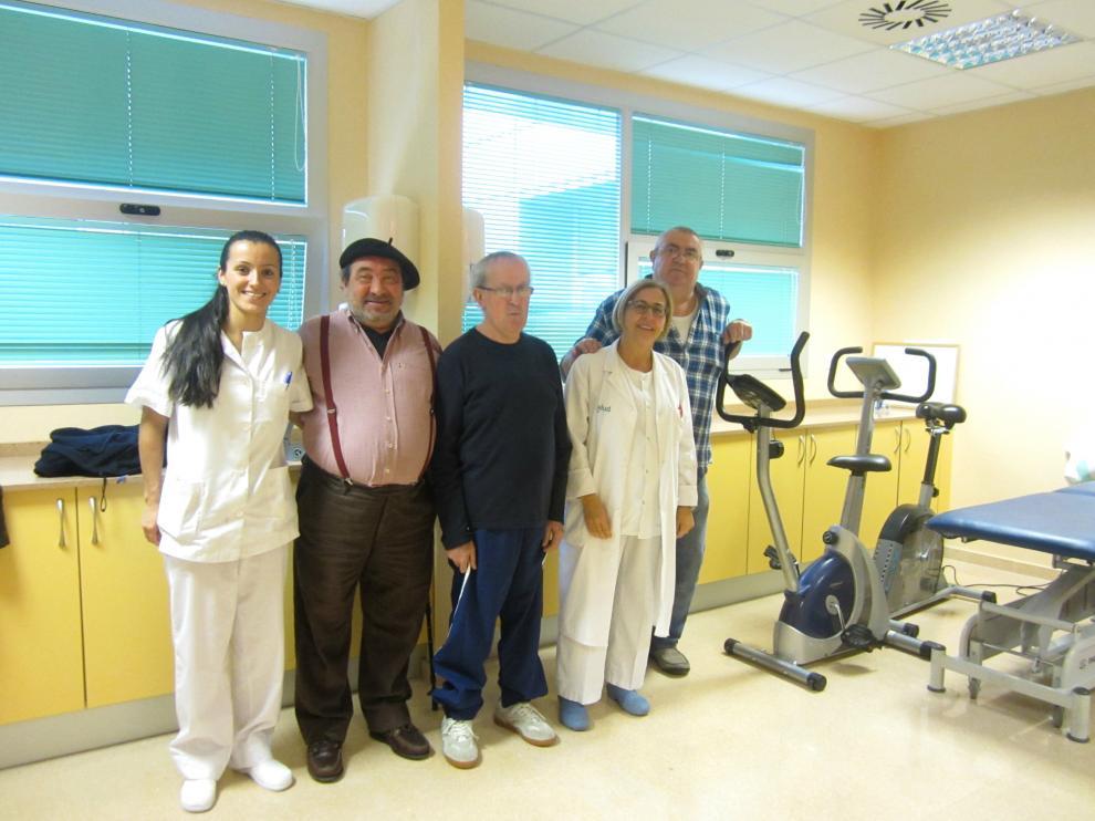 José Ángel (i), Rafael (c) y Ángel (d), en la unidad de rehabilitación para enfermos de EPOC del hospital Miguel Servet de Zaragoza.