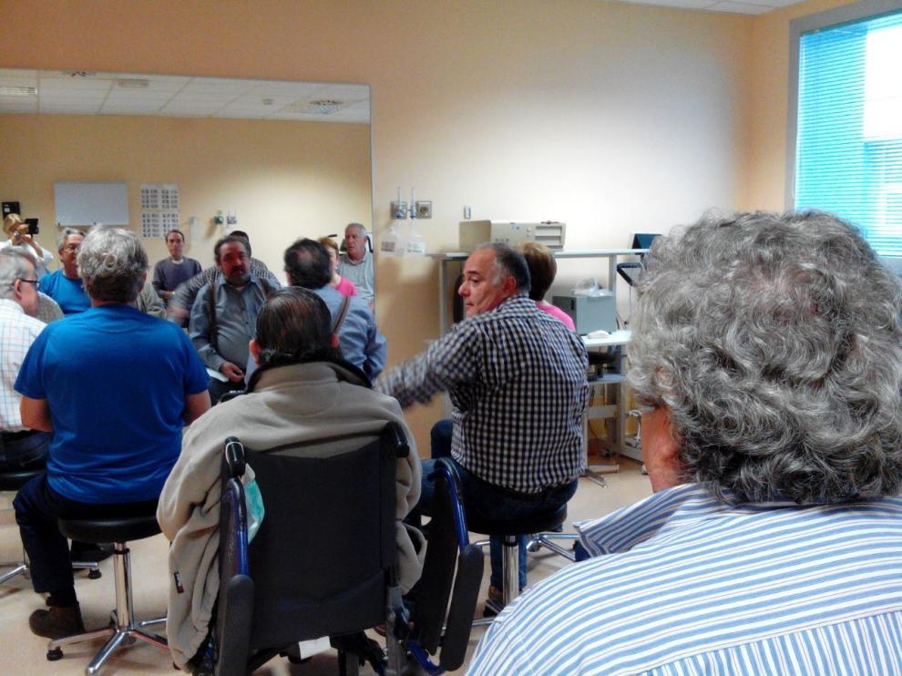 Varios pacientes de EPOC realizan ejercicio en la unidad de rehabilitación del Servet.