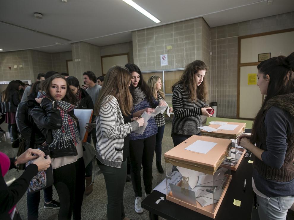 Votación de alumnos en la Facultad de Derecho.