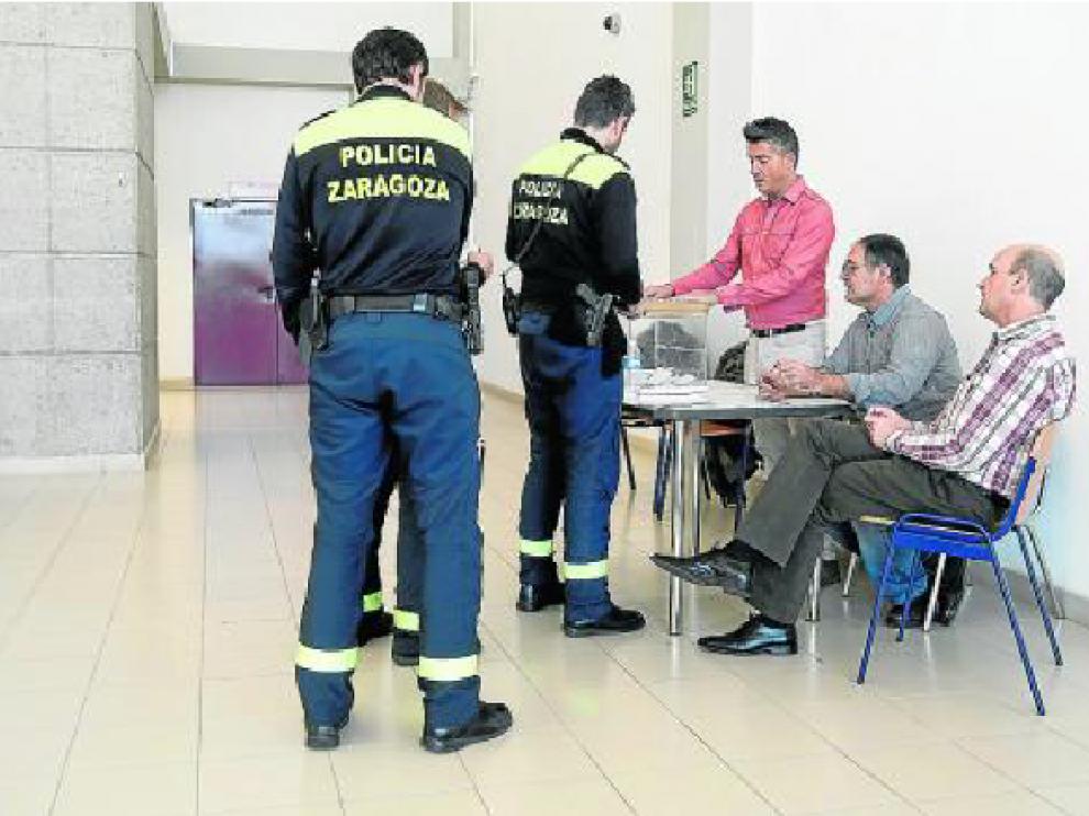 Varios policías locales ejercen su derecho al voto en el cuartel de La Paz.