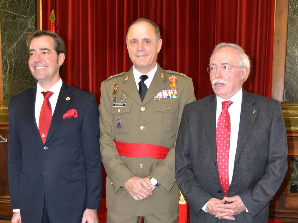 El comandante militar de Zaragoza y Teruel, general Jerónimo de Gregorio, con el presidente de Los Sitios, Gonzalo Aguado, y el profesor Guillermo Fatás