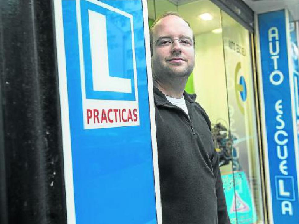 Javier Puyó, en la puerta de su autoescuela, ubicada en la calle de José Luis Albareda.