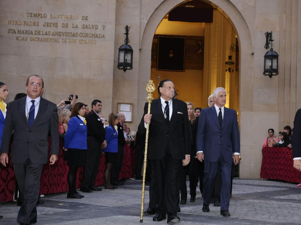 Los hijos de la Duquesa de Alba abandonan la iglesia de la Hermandad de los Gitanos