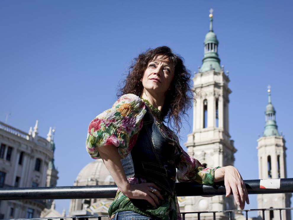 Carmen París posa en la plaza del Pilar de Zaragoza