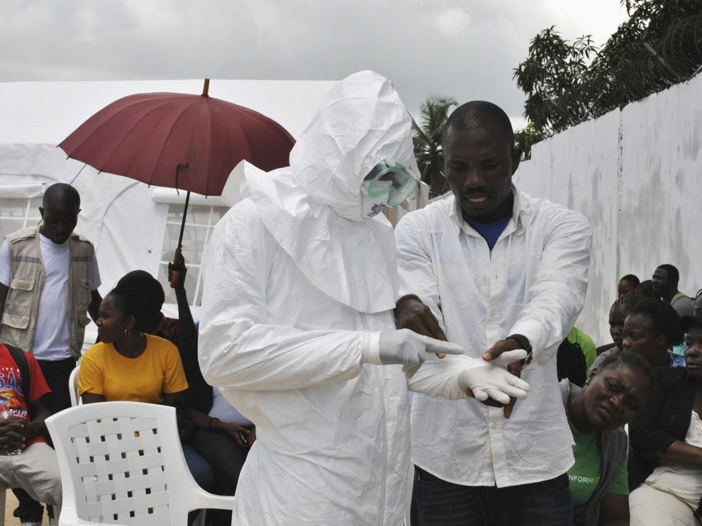 Un sanitario atiende en un nuevo centro de salud de Monrovia, en Liberia.