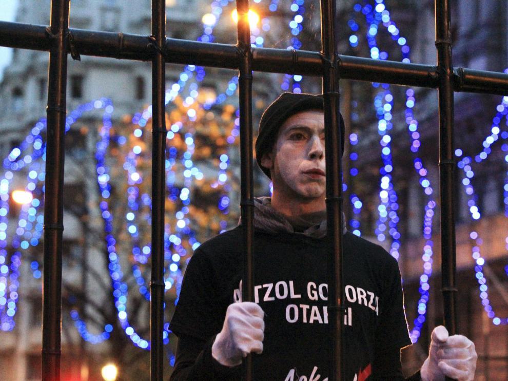 Una veintena de personas que simulaban llevar rejas a modo de celdas  han abierto la marcha
