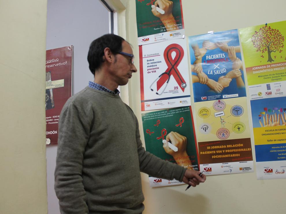 Jancho Barrios, presidente de OMSIDA muestra las imágenes de varias campañas informativas.