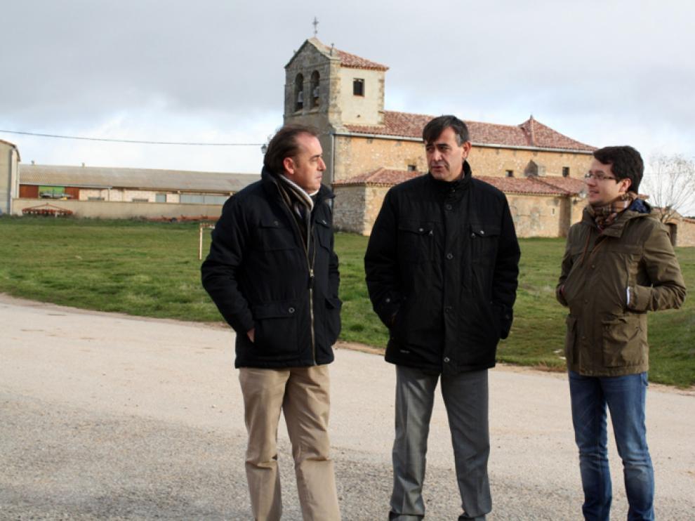 Antonio Pardo, presidente de la Diputación, junto al alcalde de Golmayo, Benito Serrano y el vicepresidente segundo, Tomás Cabezón.