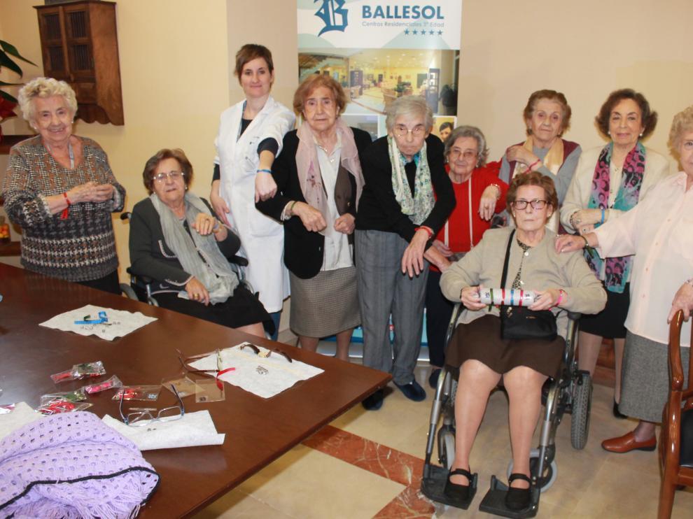 Residentes del centro Ballesol de María Agustín que participan en la elaboración de las 'Pulseras de la Ilusión'.