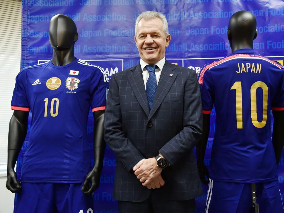 Javier Aguirre posa junto a los uniformes de la selección nipona