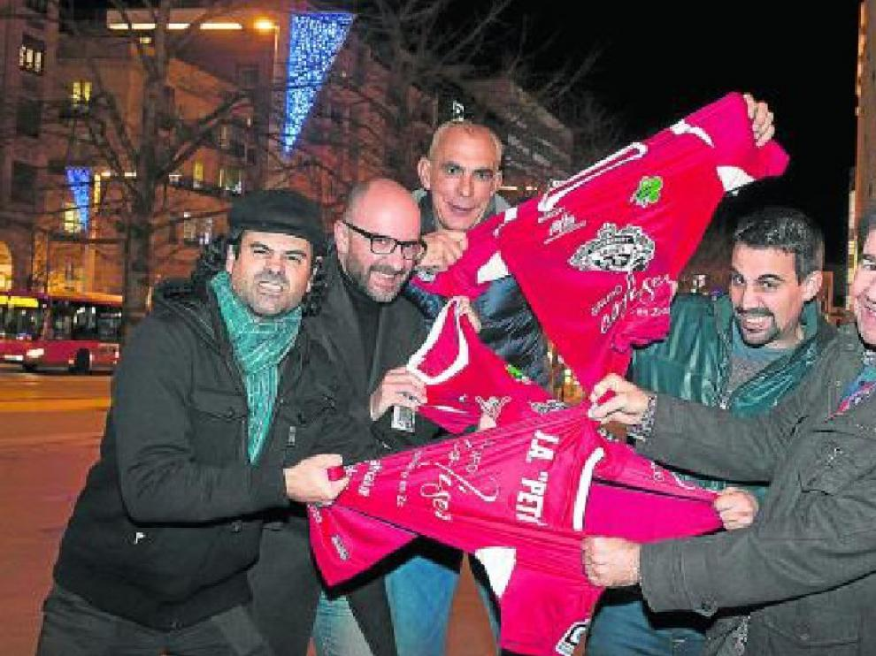 De izquierda a derecha: Francisco Fraguas y Luis Rabanaque (actores de 'Oregón TV'), Andoni Cedrún, José Antonio Bernal (dibujante y componente del programa) y Juan Carillo (presidente de África Sí).