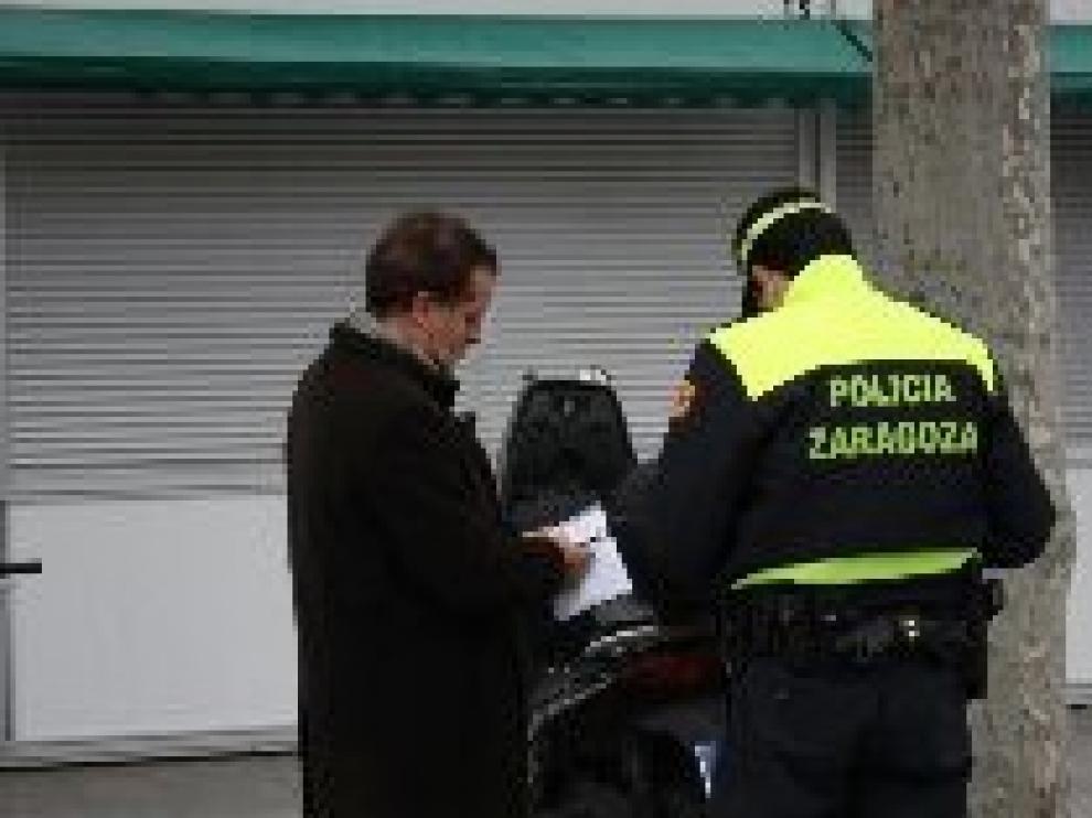 Jerónimo Blasco protagoniza un pequeño incidente tras dejar su moto mal aparcada