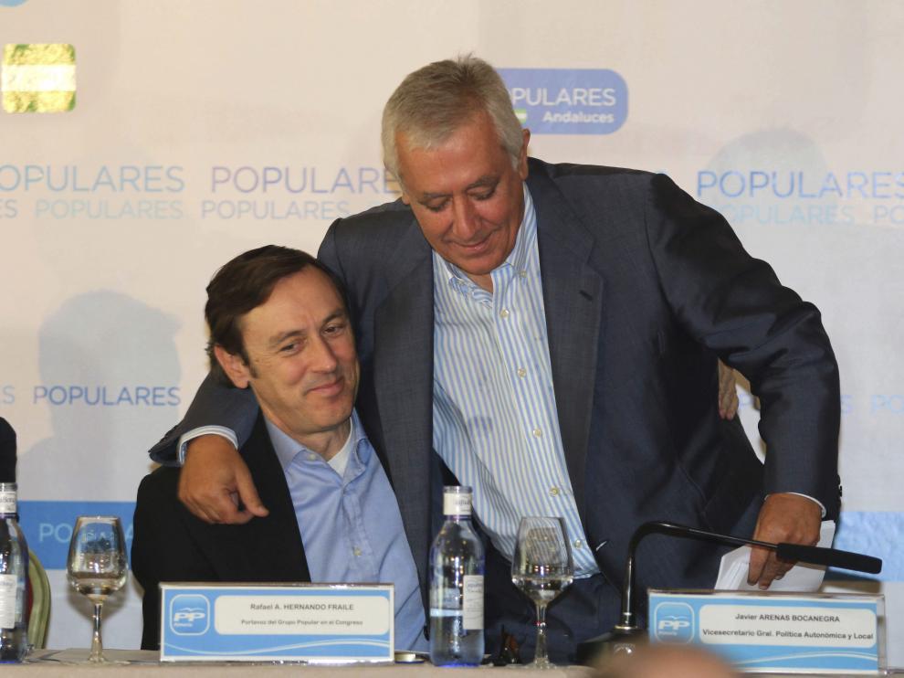 El vicesecretario de Política Autonómica y Local del PP, Javier Arenas, abraza al portavoz del Grupo Popular en el Congreso, Rafael Hernando