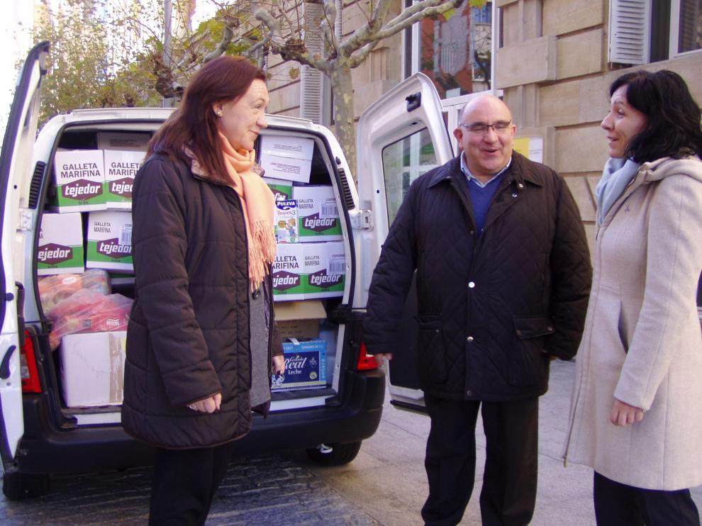 La subdelegada del Gobierno en Soria, María José Heredia, ha entregado al presidente provincial de Cáritas, Javier Santa Clotilde,  unos 1.400 kilos de alimentos no perecederos