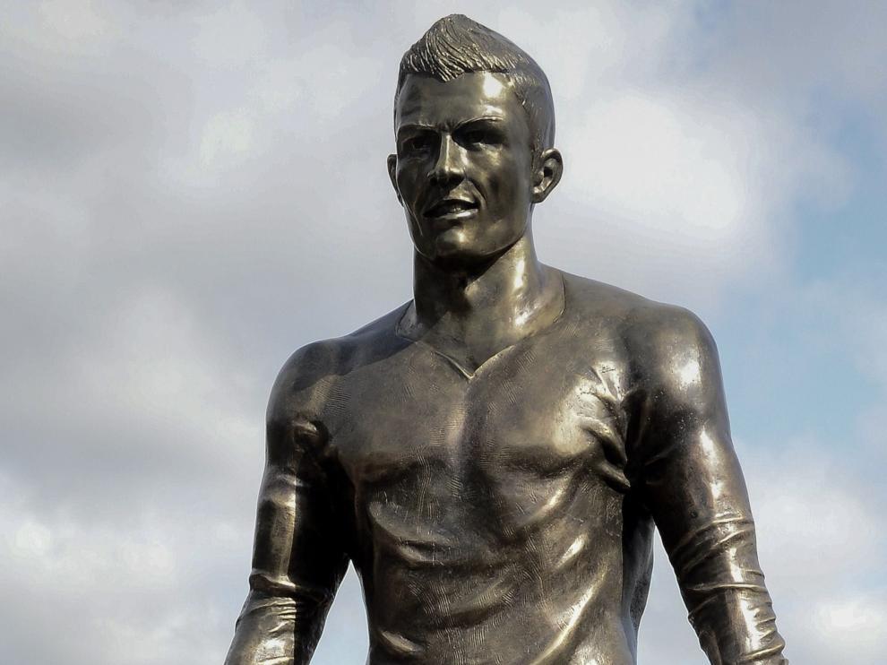 Cristiano Ronaldo junto a su estatua en Madeira