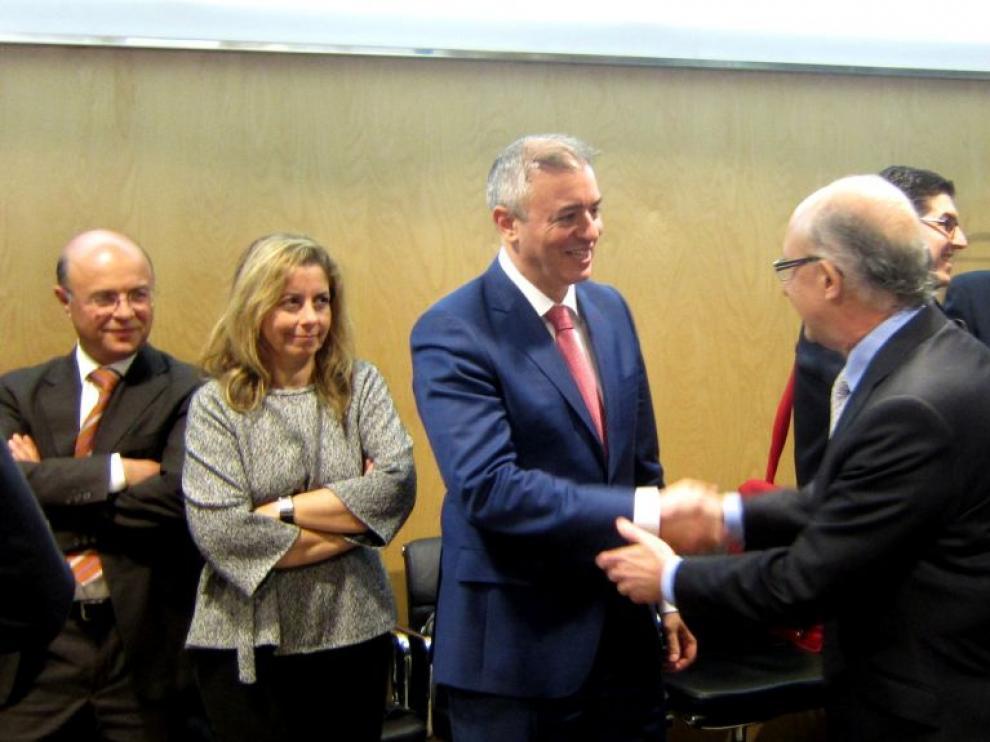 Javier Campoy saluda a Cristóbal Montoro
