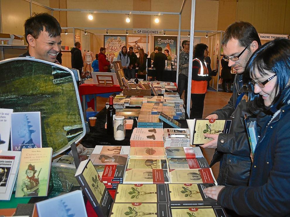 Óscar Sipán, ayer en el puesto de Tropo Editores en la Feria del Libro Aragonés de Monzón.