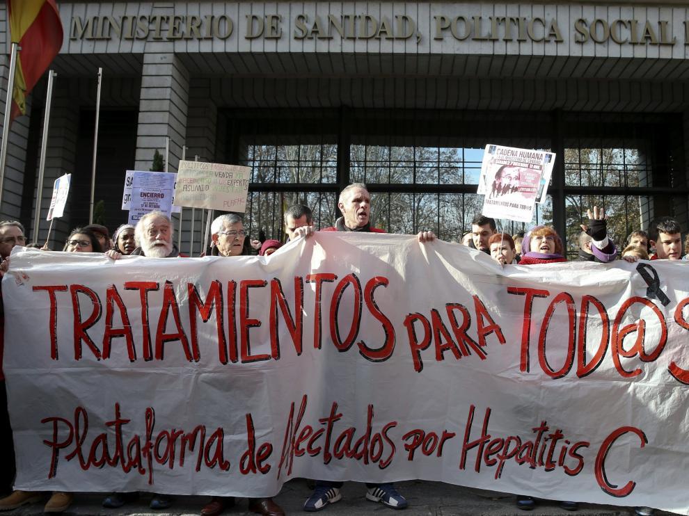 Afectados por la Hepatitis C exigen ante Sanidad que les den los nuevos tratamientos