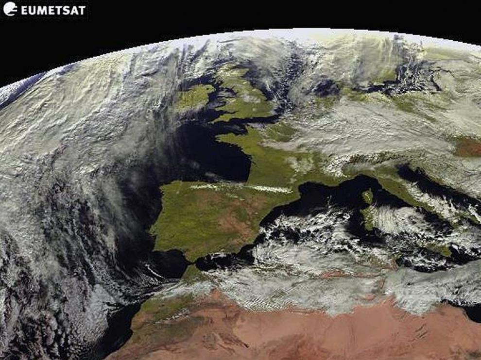 Imagen tomada por el satélite Meteosat para la Agencia Estatal de Meteorología (Aemet) que prevé para este martes que continúe el frente frío