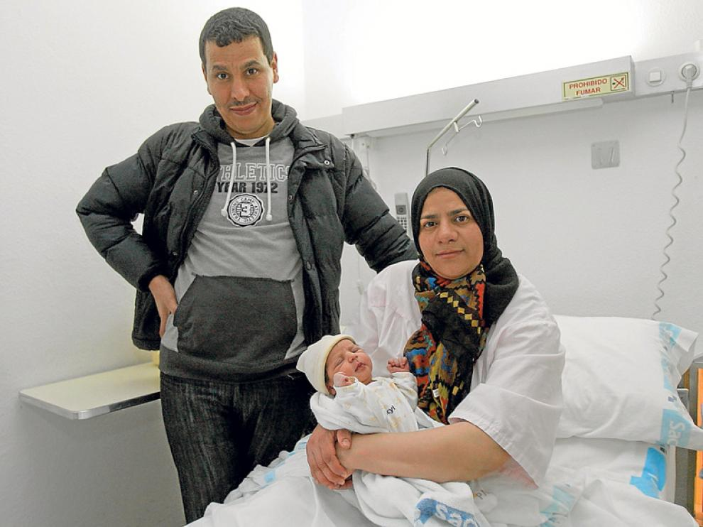 Ahmed Salhi y Samira Eluachohami con la pequeña Marwa, la primera bebé soriana de 2015.