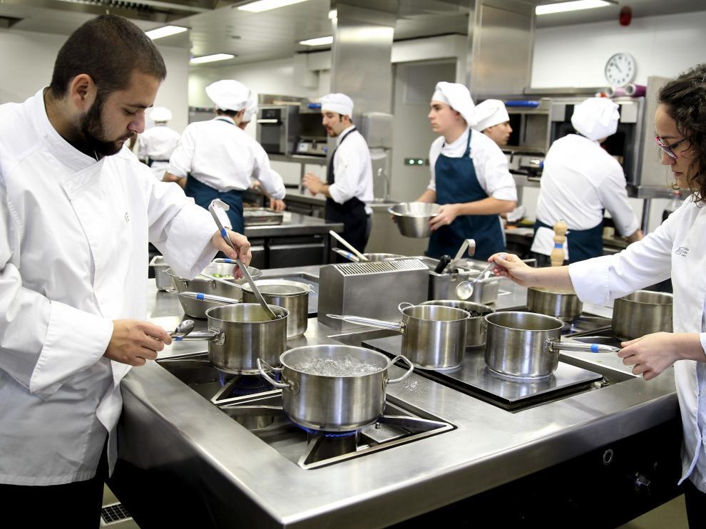 El Basque Culinary Center de San Sebastián se convirtió hace cuatro años en un centro universitario pionero del que en junio saldrá su primera promoción.
