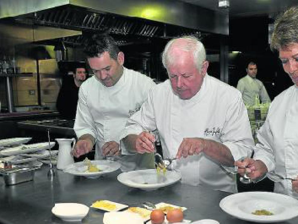 Iván Acedo, Manuel Marqueta y Conchita Pérez, cocinando para el Refugio.