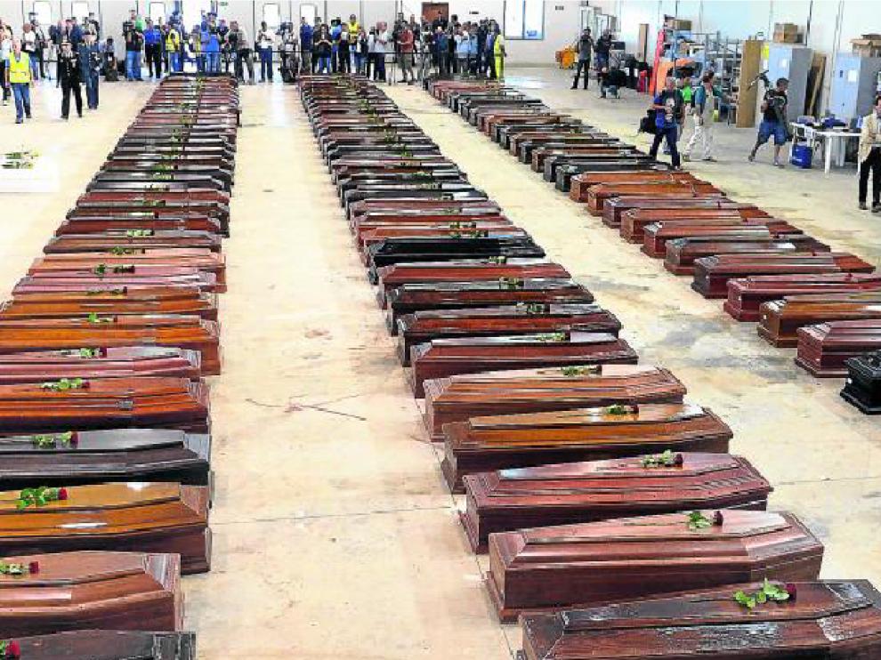 Recuento de cadáveres en el hangar del aeropuerto de Lampedusa tras la muerte de casi 400 personas, en octubre de 2013.