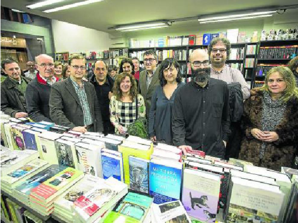 Eva Cosculluela y Félix González, rodeados de amigos escritores.