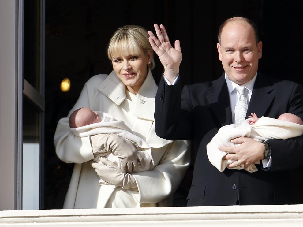 Jaime y Gabriela, aparecieron en el balcón entre los aplausos y ovaciones de sus súbditos.