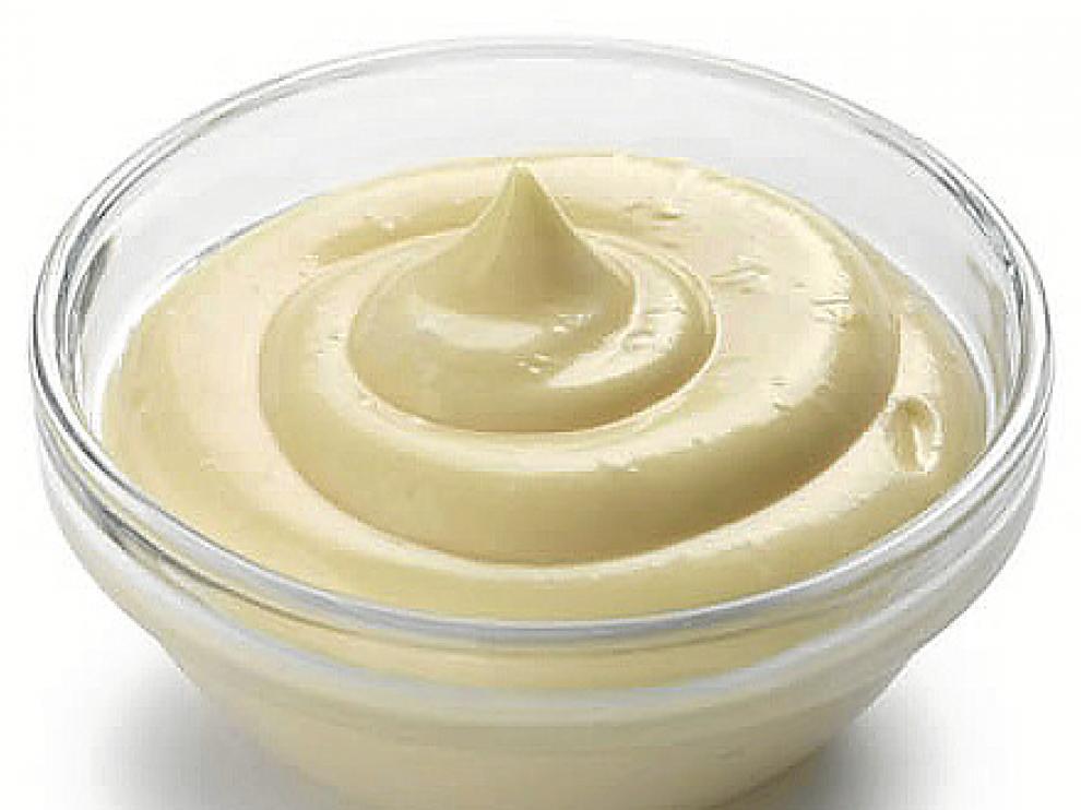 La salsa mahonesa es similar al alioli pero sin ajo