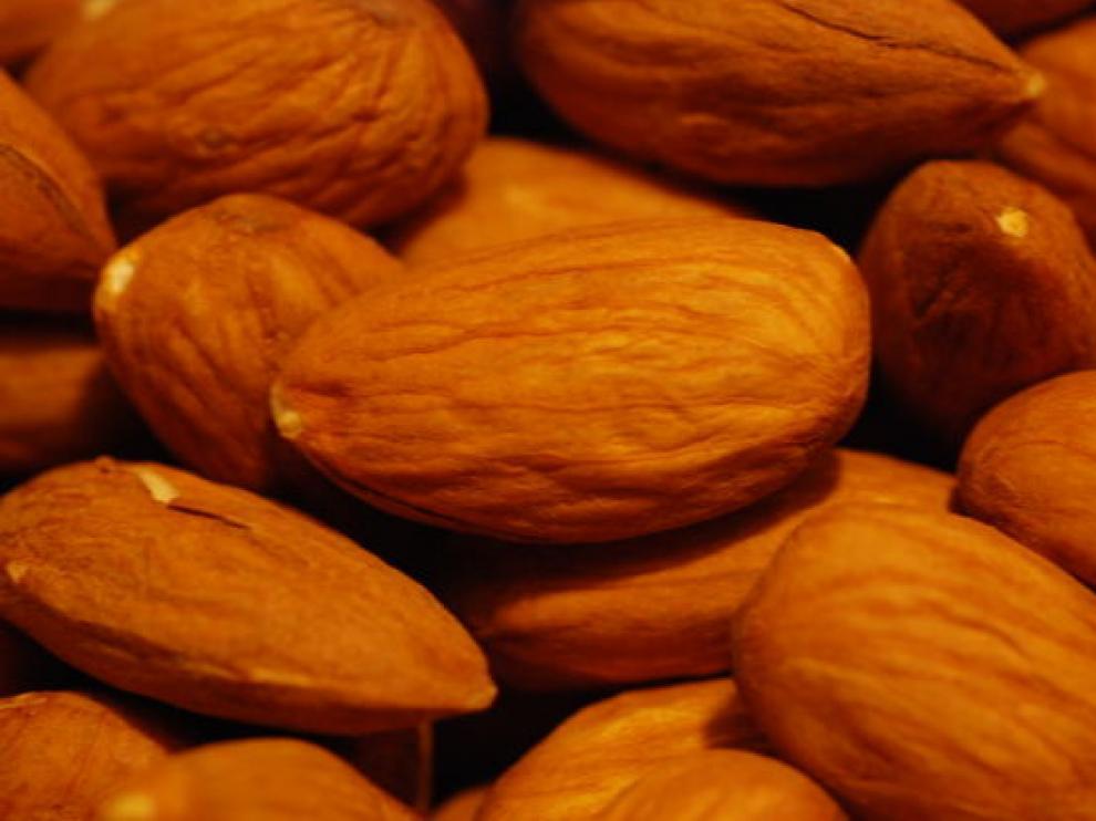 Una onza de almendras, unos 28 gramos, aporta 160 calorías y una serie de nutrientes esenciales para la salud del corazón.