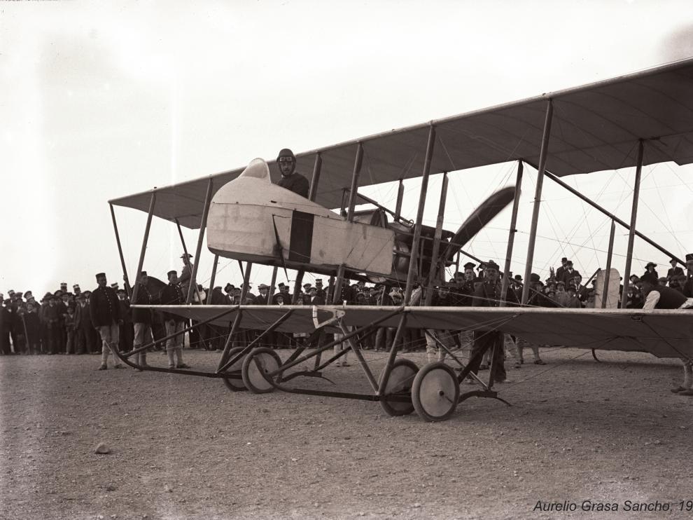 El oficial  de Caballería Sr. Baños, en el instante de aterrizar. Foto: Aurelio Grasa Sancho, 1914.
