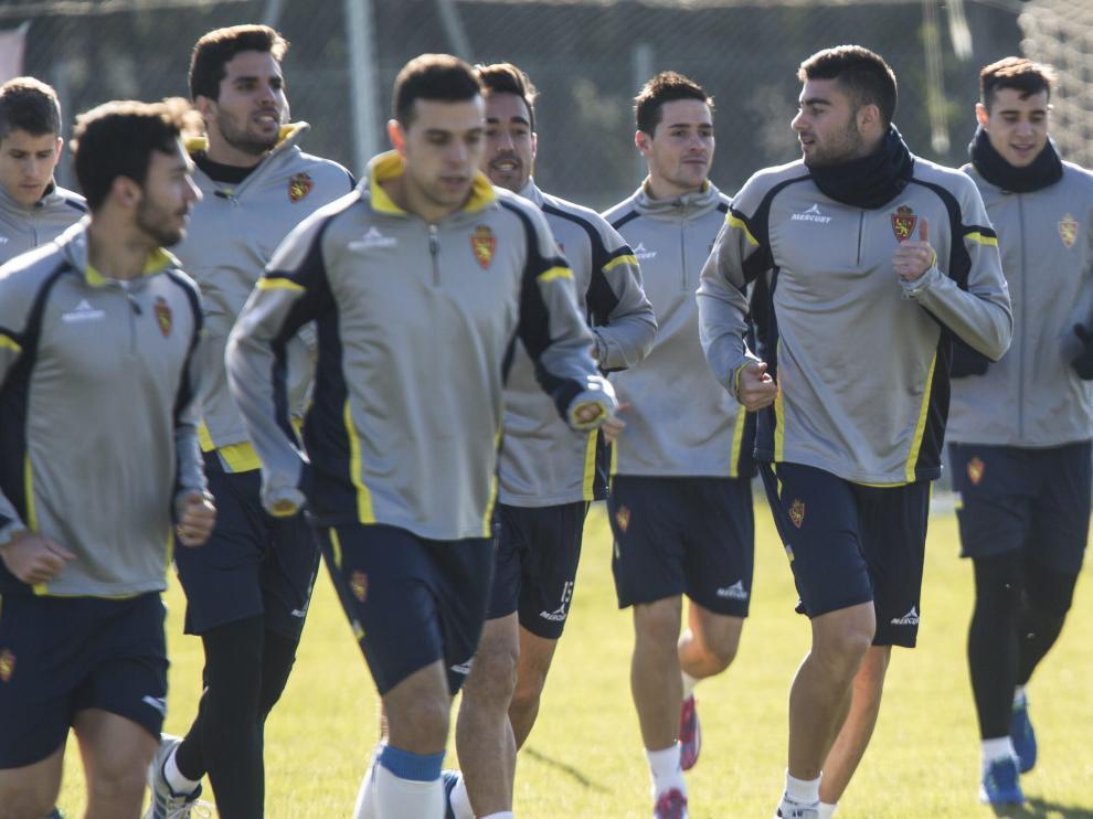 Los jugadores del Real Zaragoza, durante un entrenamiento en la Ciudad Deportiva.