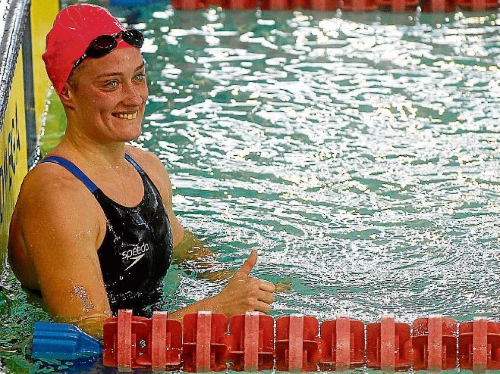 Mireia Belmonte celebra su récord en el agua.