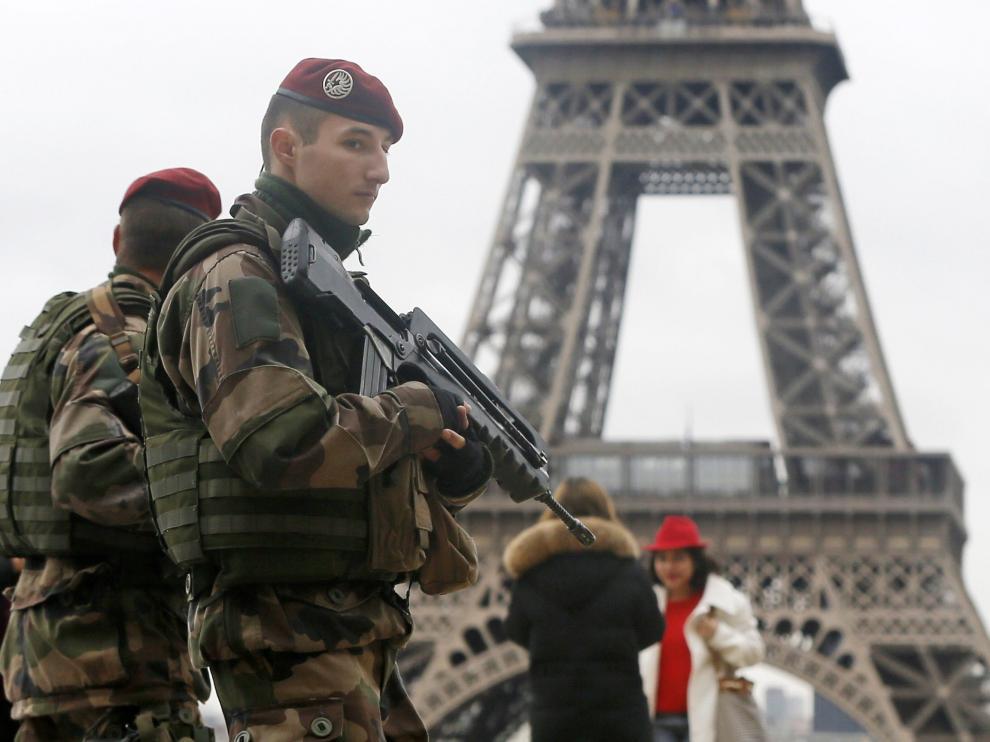 Efectivos militares en las inmediaciones de la torre Eiffel de París