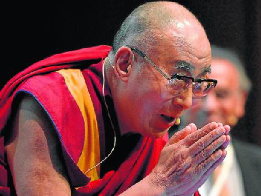 El Dalai Lama saluda antes de su conferencia, ayer, en Roma.