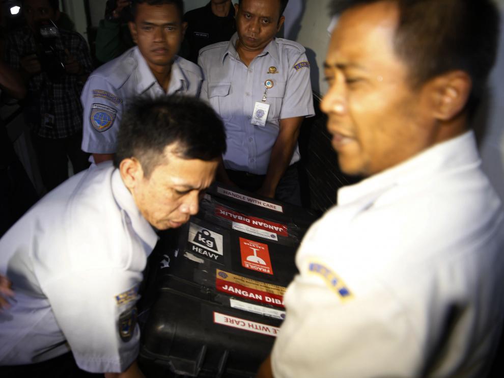Recuperan la segunda caja negra del avión de AirAsia estrellado