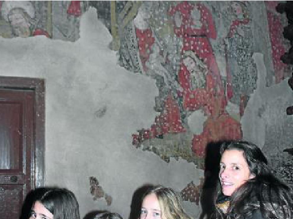 Visitas temáticas. Escolares turiasonenses, esta semana, frente a la imagen mural de la Epifanía en la iglesia de San Francisco de Tarazona.