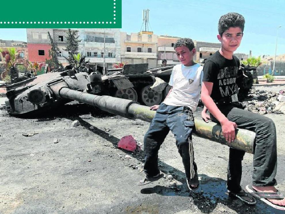 Dos niños sirios sobre un tanque destruido en la ciudad de Alepo.