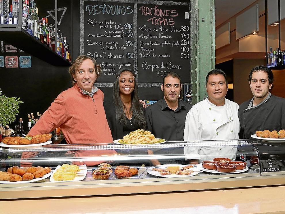 De izquierda a derecha, Pedro, Manuela, Eduardo, César y Jorge