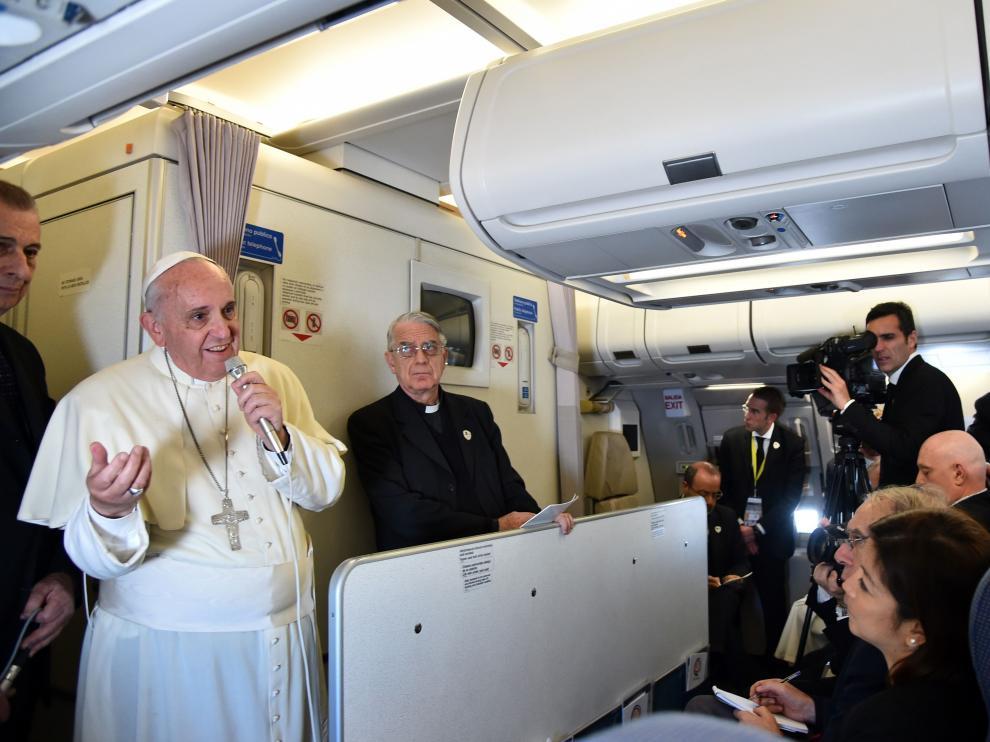 El papa Francisco en su viaje de vuelta de Filipinas