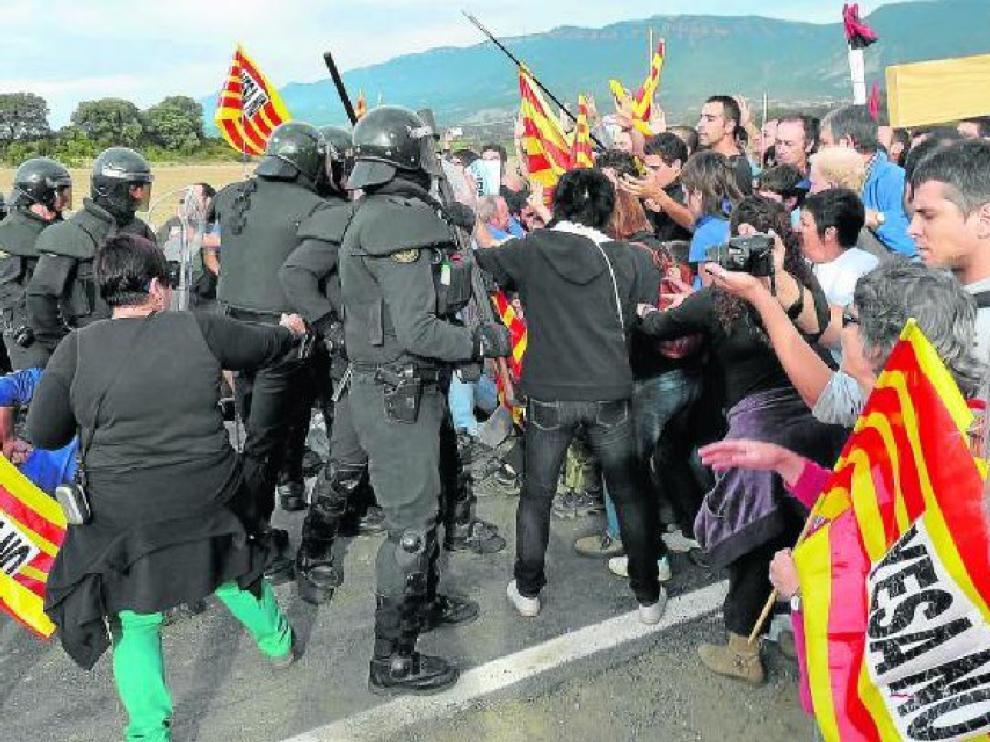 Un momento del enfrentamiento que mantuvieron en la carretera que da acceso a Artieda.