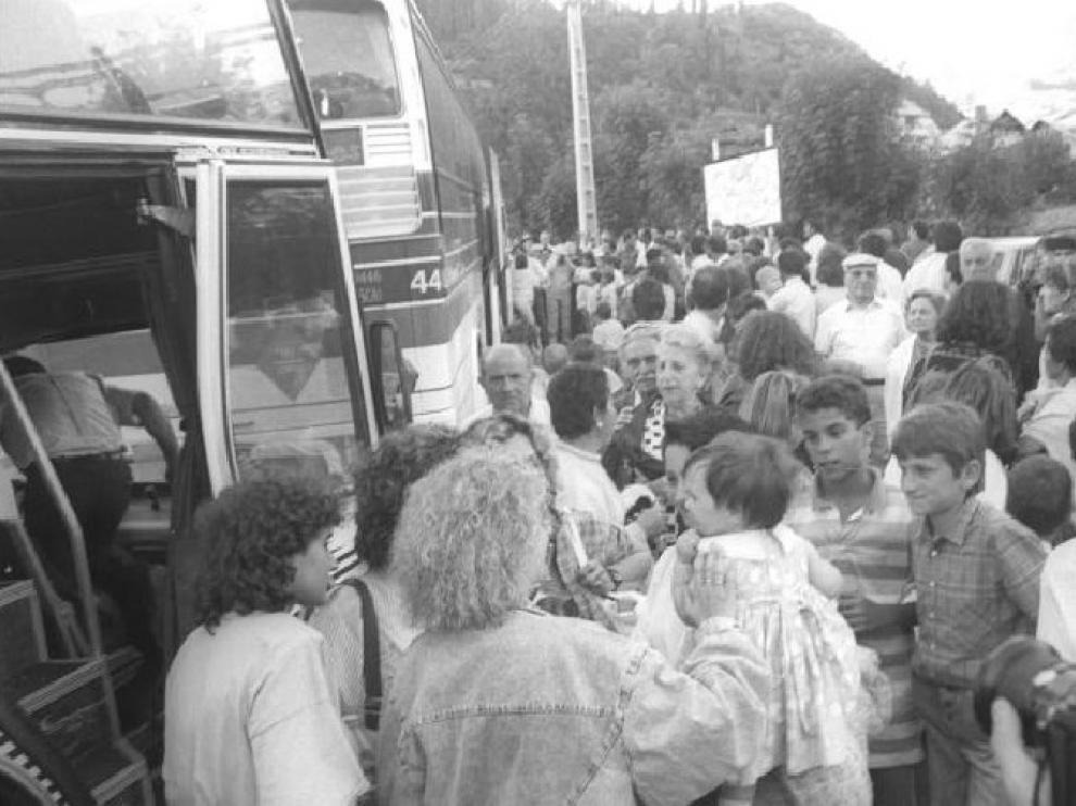 Imagen de la fiesta de los solteros de Plan, celebrada en julio de 1988. Arriba, el anuncio publicado en HERALDO.