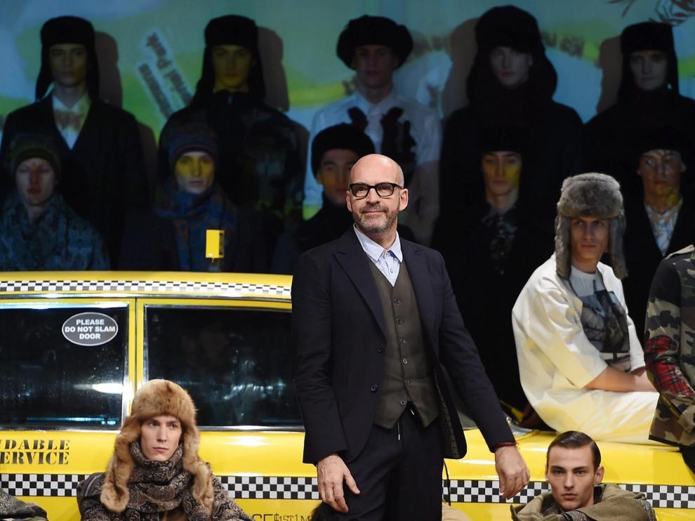 Vaqueros rotos y largas bufandas en el tercer día de la semana de la Moda de Milán