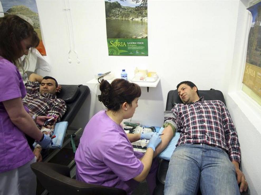 El presidente de la Comunidad Islámica de Soria, Ahmed El Boutaybi (d), durante la donación de sangre