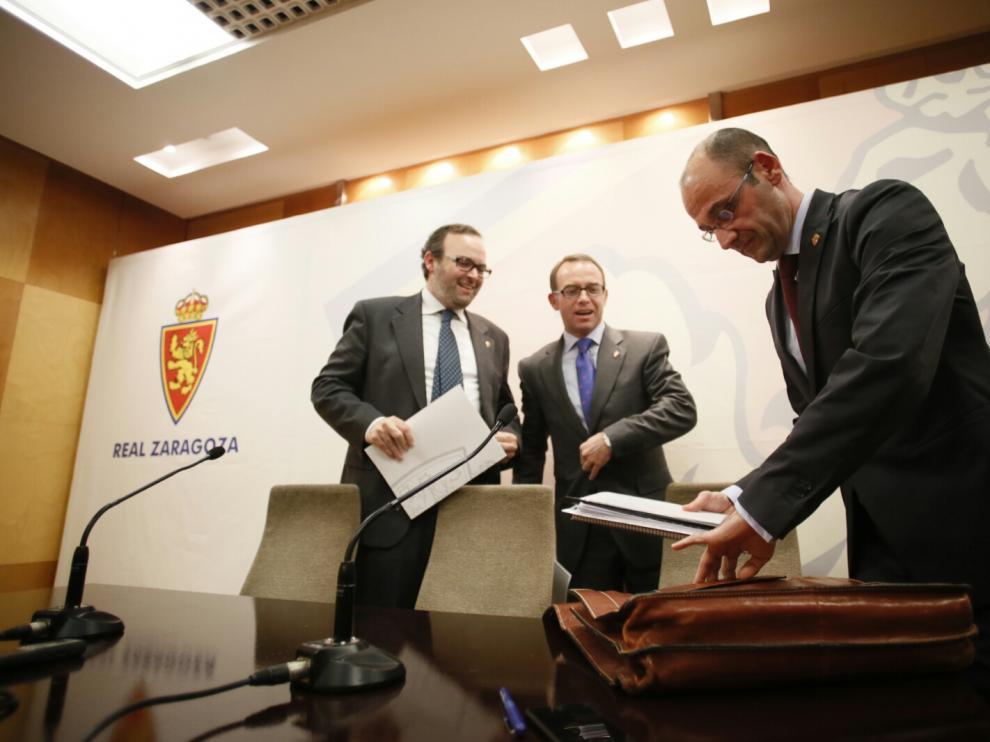 Christian Lapetra, el vicepresidente, Fernando Sainz de Varanda, y el consejero del Área Financiera, Fernando Rodrigo comparecen para ampliar todos los detalles del convenio entre el Real Zaragoza y Hacienda.